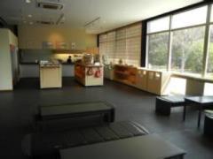 内装は日本庭園らしくシックな雰囲気