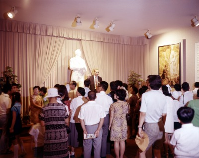 ジョセフ・スミスの立像と観客