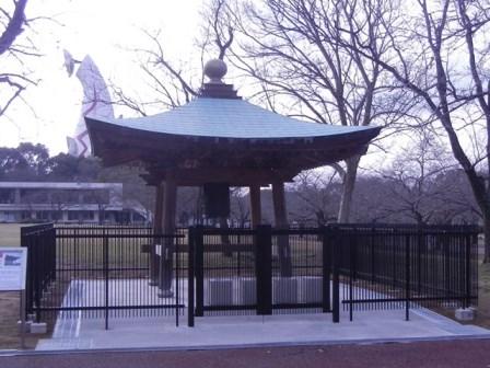 現在万博記念公園にある平和の鐘(太陽の塔背景)