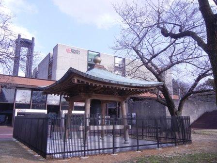 現在万博記念公園にある平和の鐘(エキスポ70パビリオン背景)