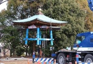 平和の鐘の移設作業(総合案内所付近から撤去)