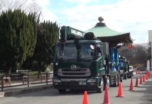 平和の鐘の移設作業(総合案内所からトラックで運搬)